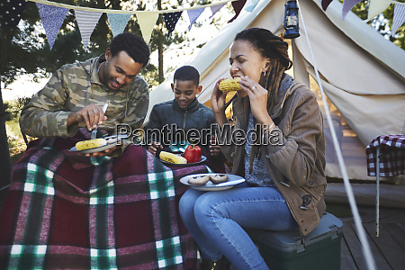 family eating corn on the cob