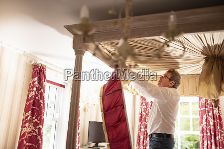 curtain fitter fitting new pelmet to