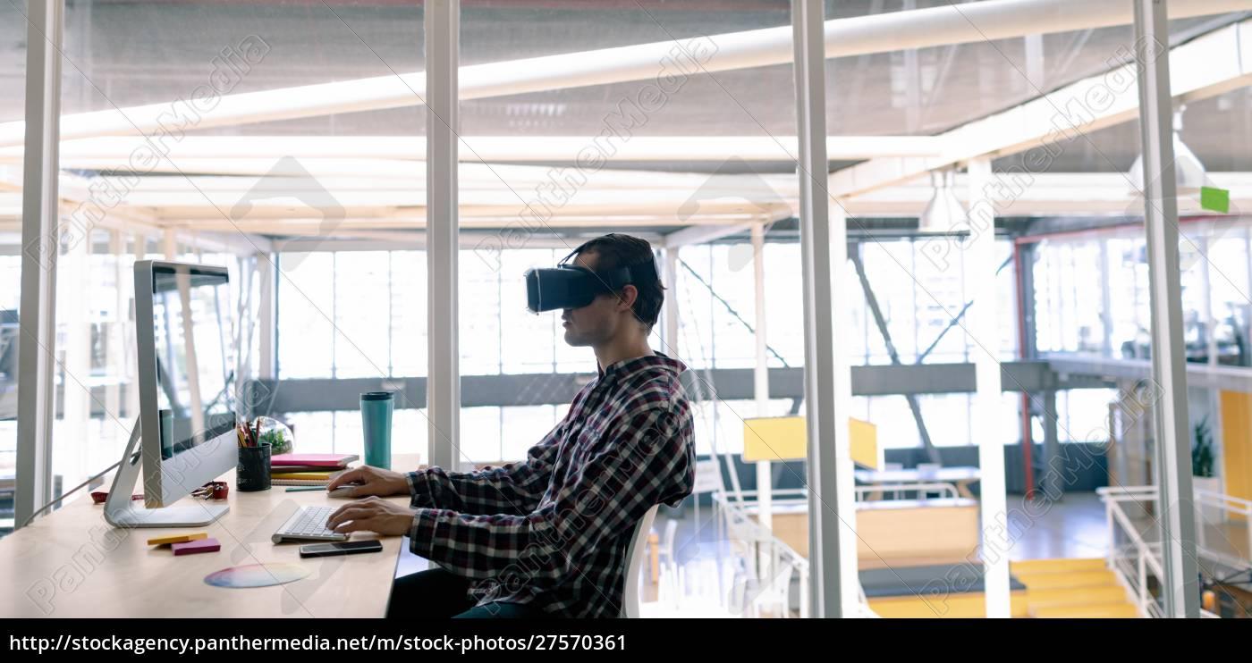 male, graphic, designer, using, virtual, reality - 27570361