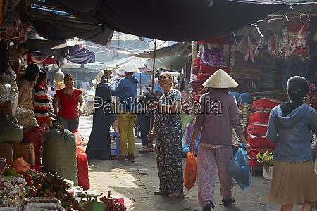 people at dong ba market hue