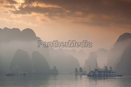 vietnam halong bay tourist boats sunrise