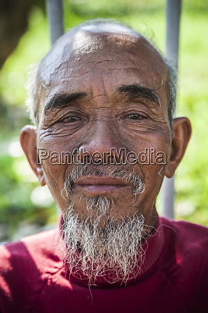 vietnam hue old man with ho
