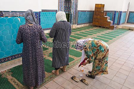 pilgrims inside the mausoleum of kohja