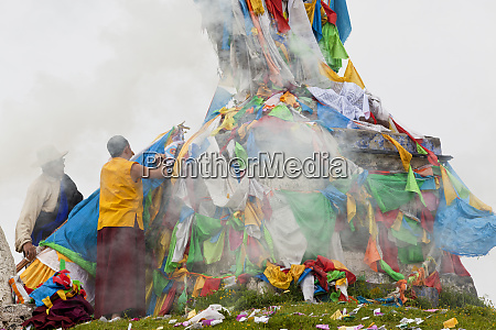 prayer horse with buddhist prayer flags