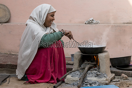 woman cooking food fatehpur sikri village