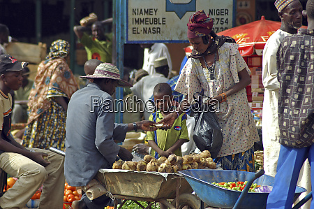 niger niamey woman buying igname from