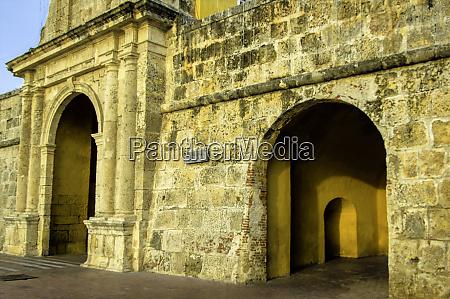 portal through the clock tower torre