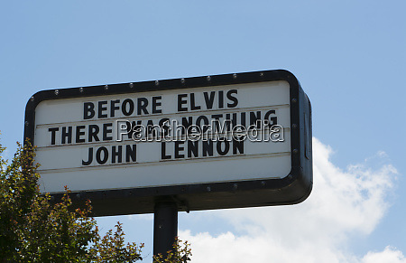 memphis tennessee sign near graceland of