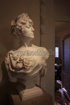 a bust of a woman on