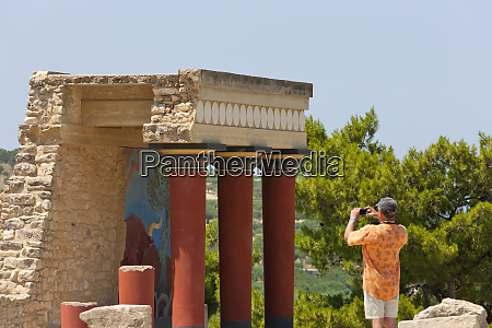 tourist at the minoan palace at