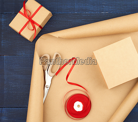 roll of brown kraft packaging paper