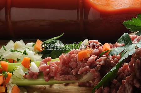 ingredients to prepare the meat sauce