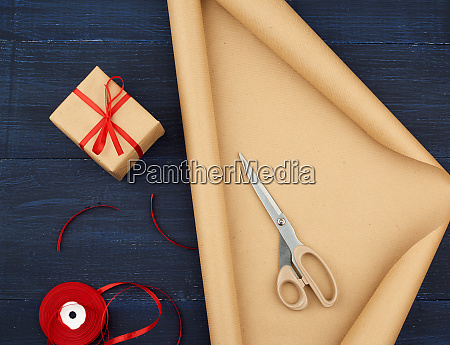 roll of brown kraft packaging paper