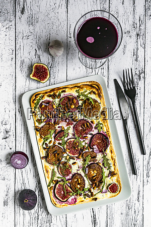 tart with cheese garlic figs roasted