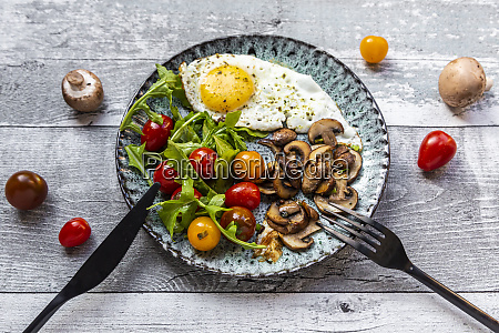 low carb breakfast with fried egg