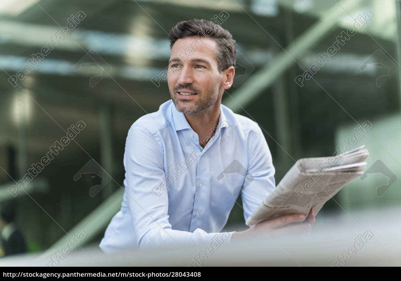 businessman, with, newspaper, in, the, city - 28043408
