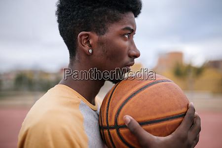 teenager hodling basketball