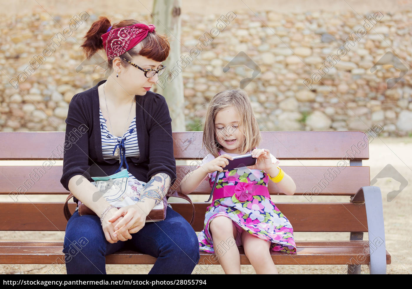 mother, and, little, daughter, sitting, together - 28055794