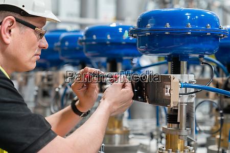 a service engineer checks an pneumatic
