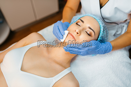 cosmetician, cleans, facial, skin, to, female - 28061741