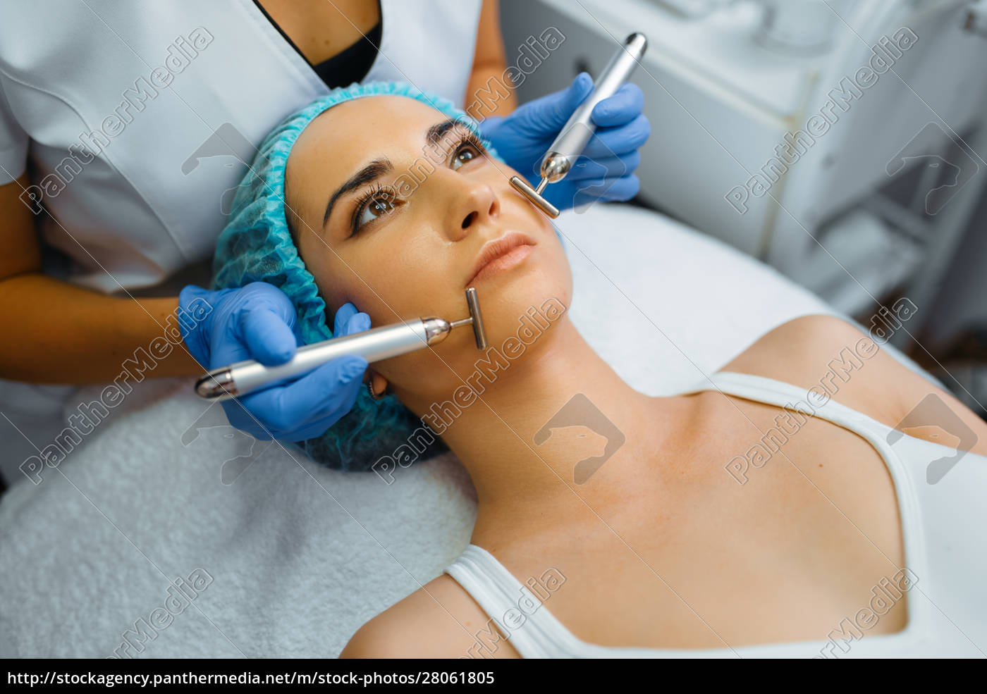 cosmetician, smoothes, face, of, female, patient - 28061805