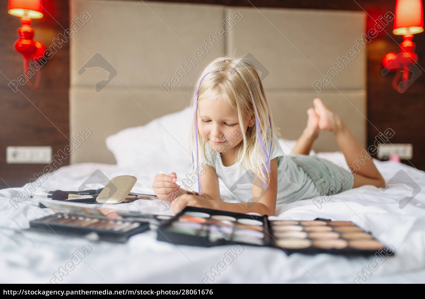little, girl, lying, in, bed, and - 28061676