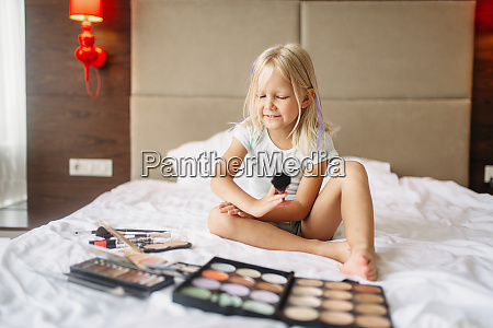 little, girl, playing, with, moms, makeup - 28061663