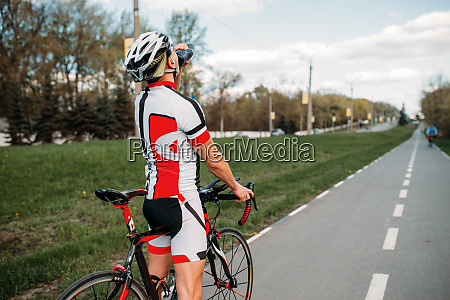 male, bycyclist, drinks, water, while, training - 28061484