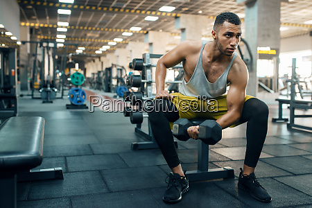 muscular, man, doing, exercise, with, heavy - 28061548