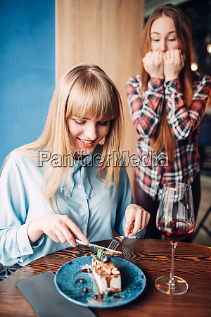 young, woman, eats, dessert, in, restaurant - 28061526