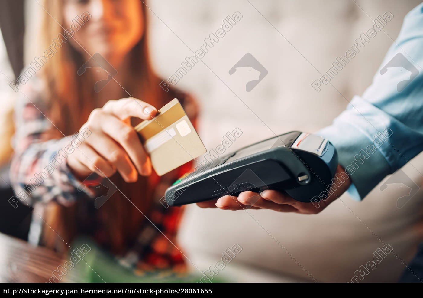 young, woman, paying, with, credit, card - 28061655