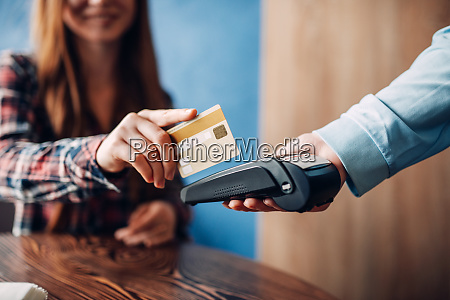 young, woman, paying, with, credit, card - 28061658
