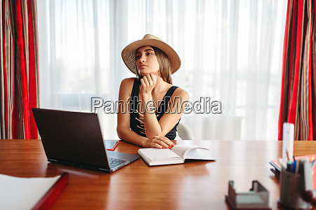 businesswoman, dreaming, about, a, vacation, in - 28062156