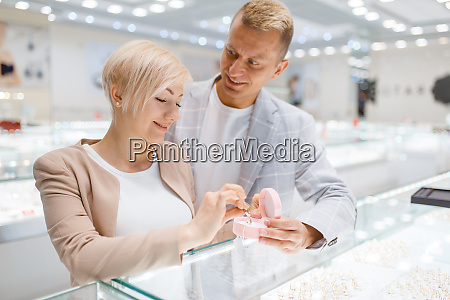 couple, buying, gold, decoration, in, jewellery - 28062780