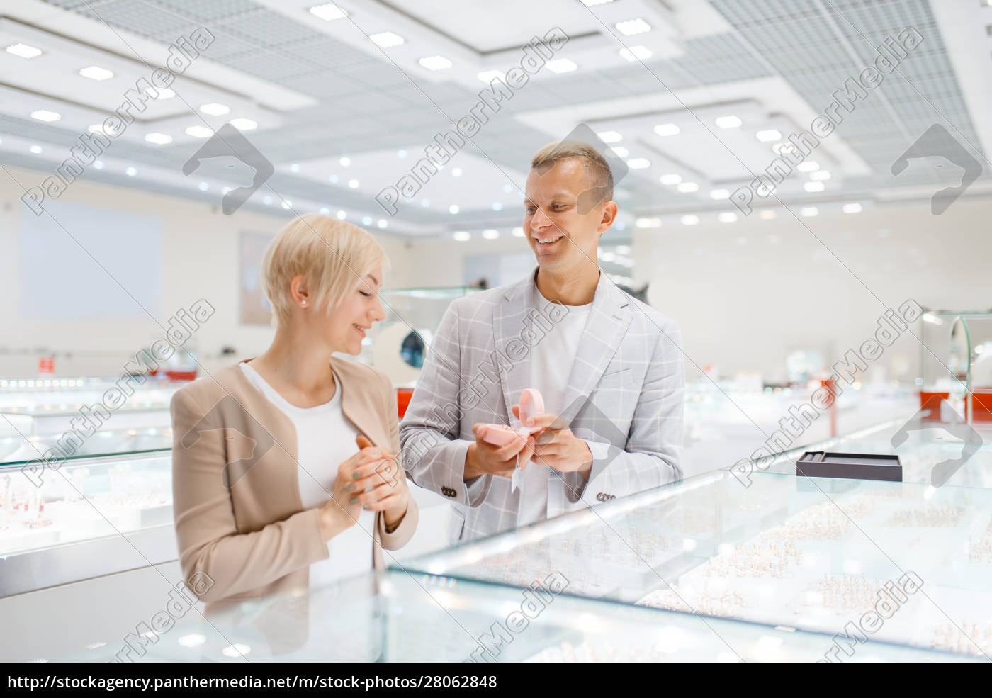 couple, buying, gold, decoration, in, jewellery - 28062848