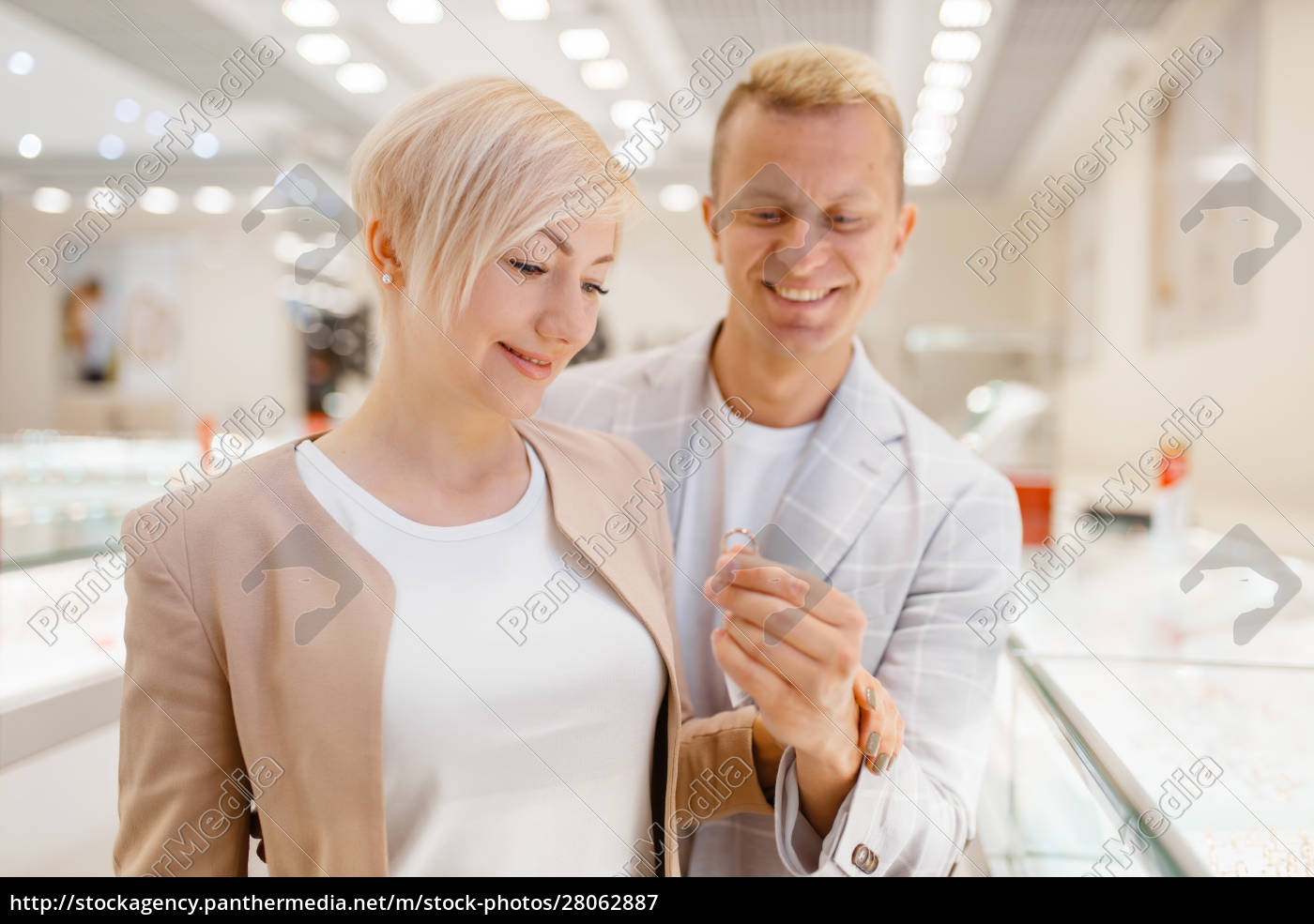 couple, buying, gold, decoration, in, jewellery - 28062887