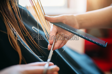 female, beautician, runs, the, comb, , hairdressing - 28062221
