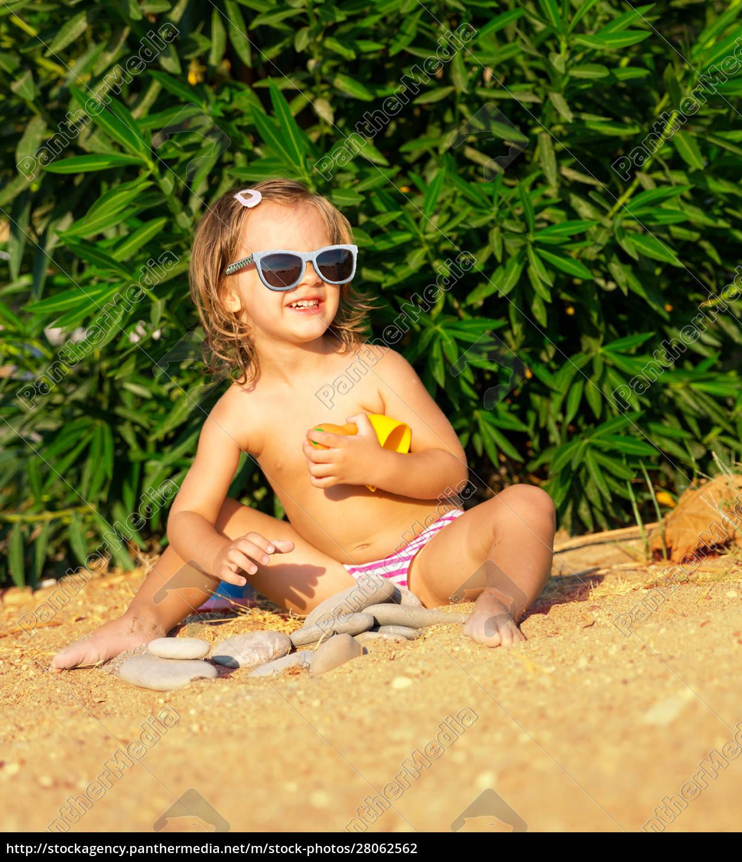 happy, little, girl, on, the, beach - 28062562
