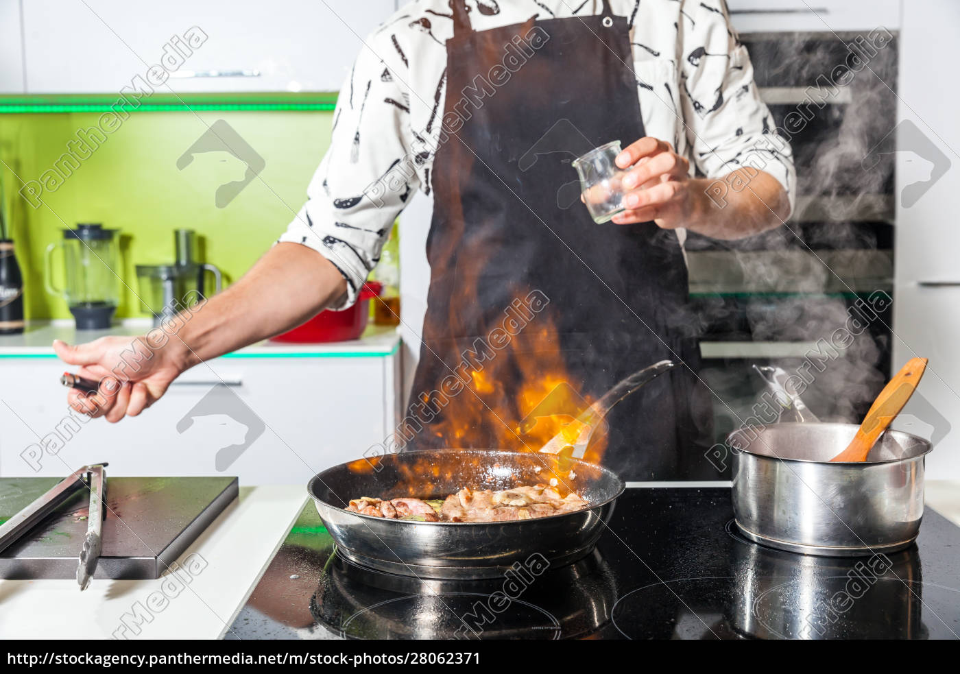 man, cooking, at, home - 28062371