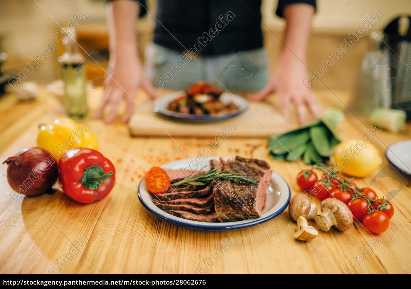 plate, wit, roasted, meat, slices, on - 28062676
