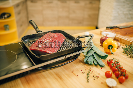 roasted, meat, in, a, frying, pan - 28062152