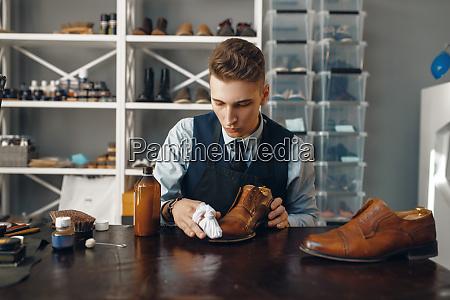 shoemaker, polishes, the, shoe, , footwear, repair - 28062542