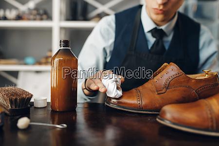 shoemaker, polishes, the, shoe, , footwear, repair - 28062552