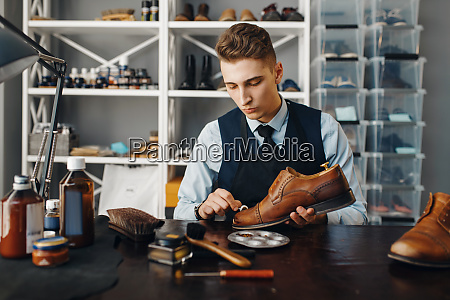 shoemaker, polishes, the, shoe, , footwear, repair - 28062586