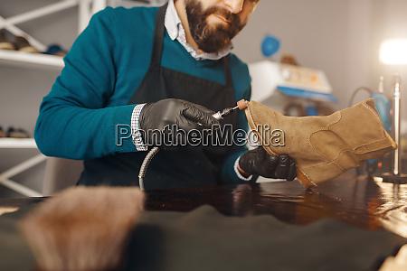 shoemaker, sharpens, the, shoe, sole, , footwear - 28062053