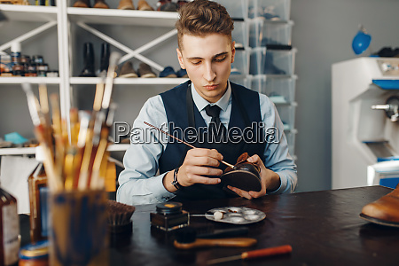 shoemaker, with, brush, tints, shoes, , footwear - 28062654