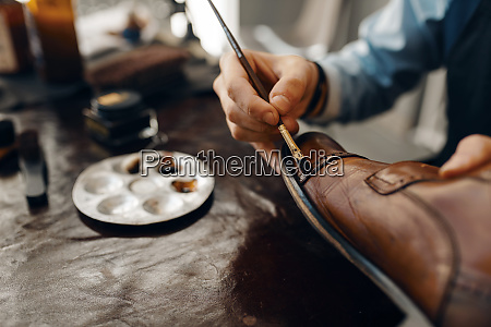 shoemaker, with, brush, tints, shoes, , footwear - 28062672