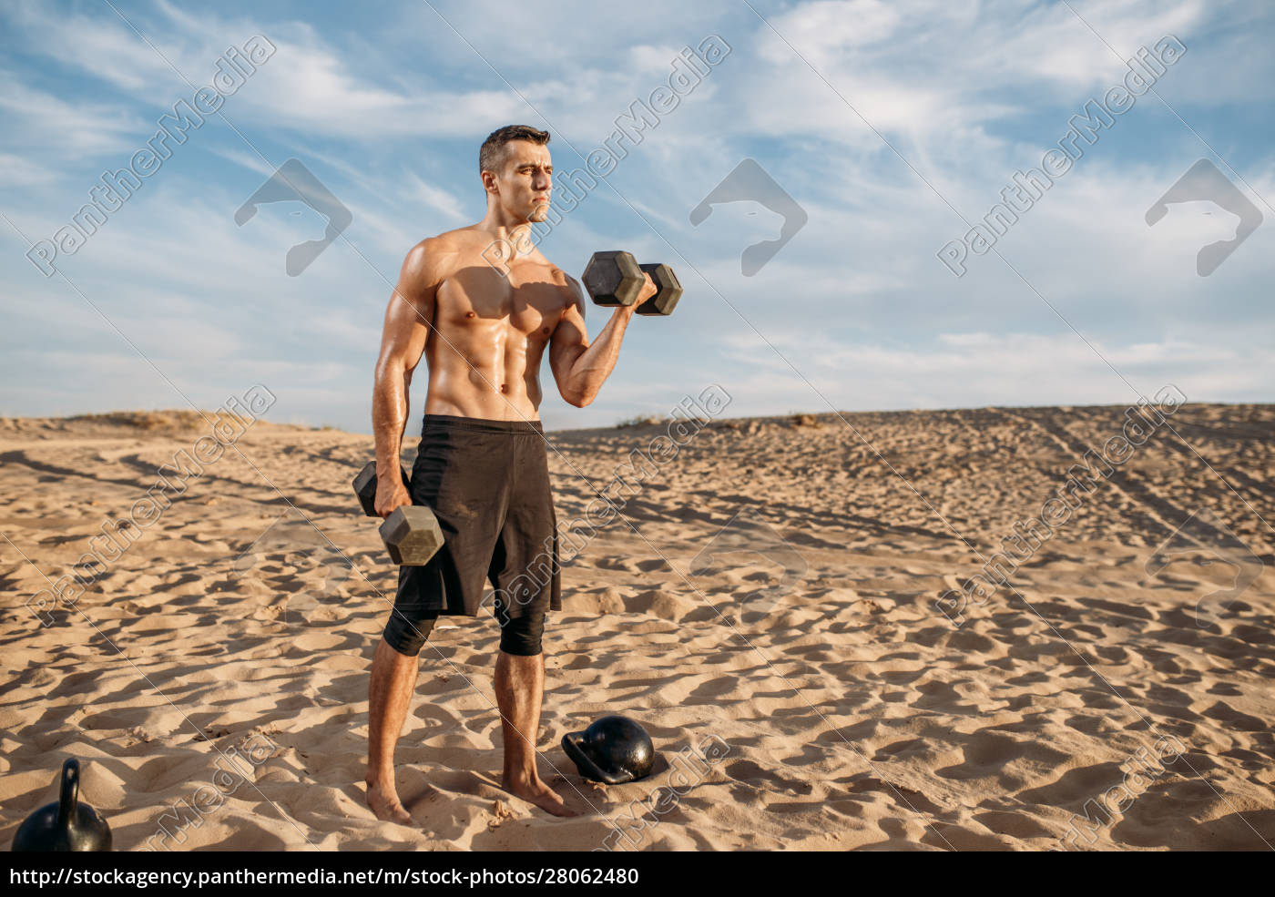 sportsman, doing, exercise, with, weights, in - 28062480
