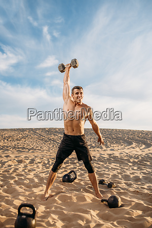 sportsman, doing, exercise, with, weights, in - 28062514