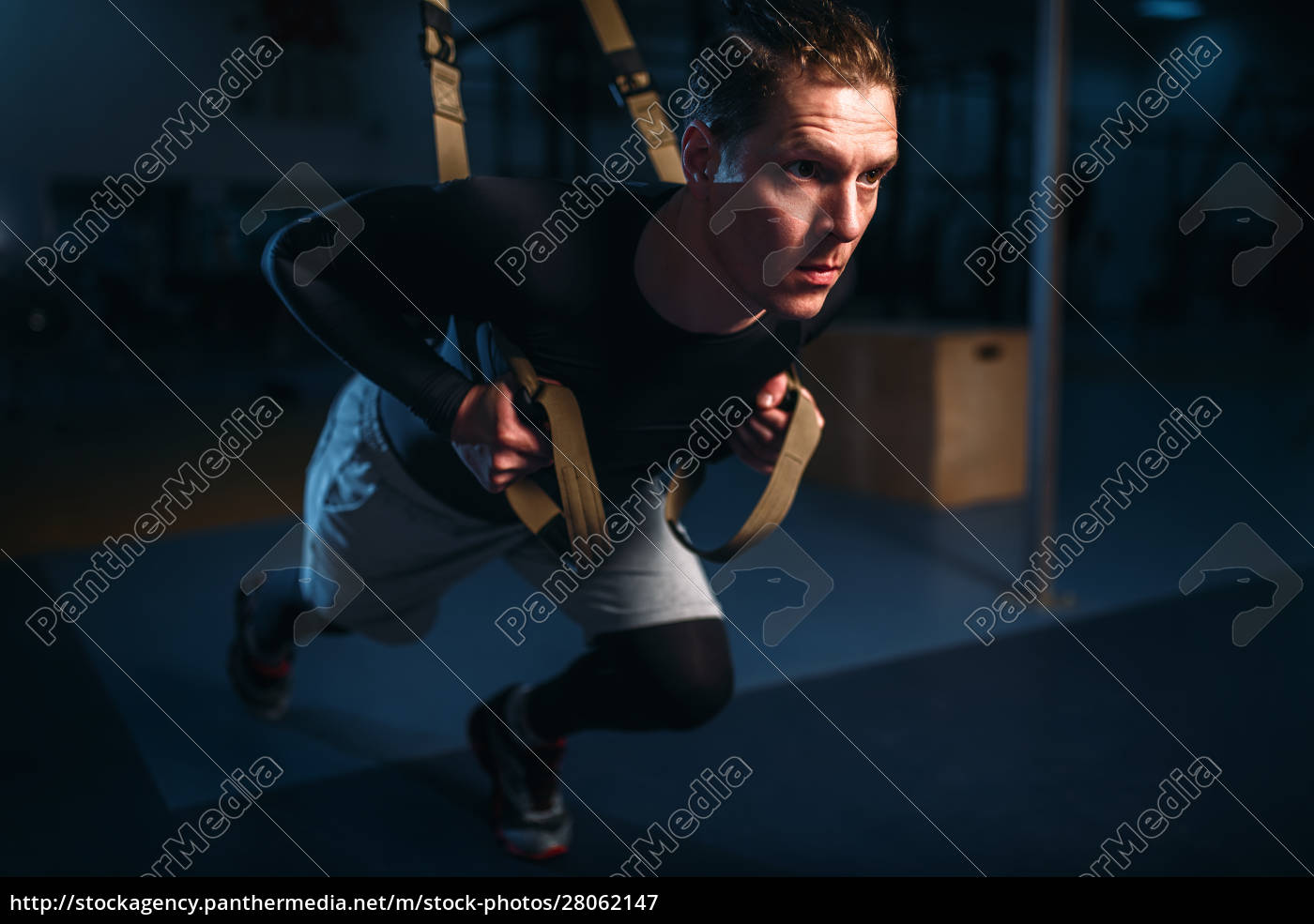 sportsman, on, training, endurance, workout, with, ropes - 28062147